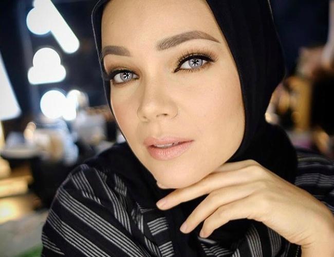 Mulai Dari Nude Hingga Bold, Ini Inspirasi Makeup Ala Dewi -8397